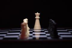 Stycken för ett schack som blir mot svarta schackstycken Fotografering för Bildbyråer
