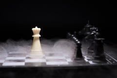 Stycken för ett schack som blir mot svarta schackstycken Royaltyfria Bilder