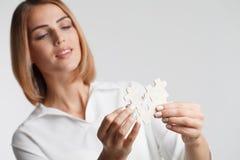 Stycken för pussel för ståendeaffärskvinna förbindande Begrepp Arkivfoton