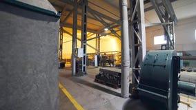 Stycken för Welderssvetsningsmetall i det stort shoppar av fabriken, metalworking på bearbeta för fabrik, för svetsning och för m arkivfilmer
