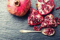 Stycken och korn av den mogna granatäpplet superfoods för pomegranate för makro en för cholesterol kan tätt lägre sköt frö upp De Royaltyfria Bilder