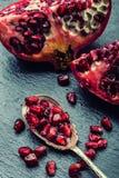 Stycken och korn av den mogna granatäpplet superfoods för pomegranate för makro en för cholesterol kan tätt lägre sköt frö upp De Royaltyfri Fotografi