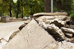 Styckena av den splittrade betongen Royaltyfri Foto