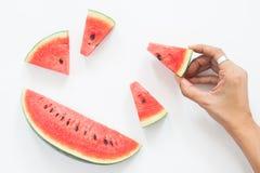 Stycket för kvinnahandinnehavet av den nya vattenmelon, sommar lurar Arkivfoto