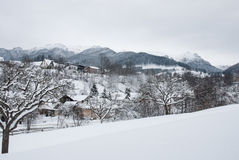 Styczeń 33c krajobrazu Rosji zima ural temperatury Górska wioska w otręby, Rumuńscy Carpathians obrazy royalty free