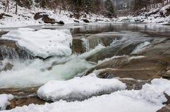 Styczeń 33c krajobrazu Rosji zima ural temperatury Halna rzeka płynie od skał Śnieżna i halna rzeka Zdjęcie Royalty Free