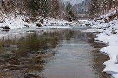 Styczeń 33c krajobrazu Rosji zima ural temperatury Halna rzeka płynie od skał Śnieżna i halna rzeka Zdjęcia Stock
