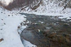 Styczeń 33c krajobrazu Rosji zima ural temperatury Halna rzeka płynie od skał Śnieżna i halna rzeka Obrazy Royalty Free