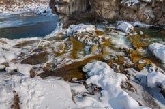 Styczeń 33c krajobrazu Rosji zima ural temperatury Halna rzeka płynie od skał Śnieżna i halna rzeka Obraz Royalty Free