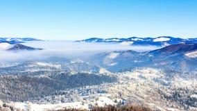 Styczeń 33c krajobrazu Rosji zima ural temperatury Mgła rusza się nad górą w zimie z niebieskim niebem zbiory