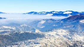 Styczeń 33c krajobrazu Rosji zima ural temperatury Mgła rusza się nad górą w zimie z niebieskim niebem zbiory wideo