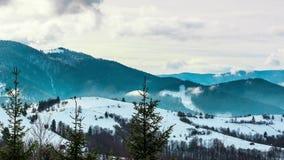 Styczeń 33c krajobrazu Rosji zima ural temperatury Mgła rusza się nad górą w zimie z niebieskim niebem zdjęcie wideo