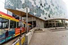 Styczeń 11 2019, Calgary Alberta, Calgary, - transportu LRT Taborowy używa tunel pod nową Calgary biblioteką publiczną fotografia royalty free