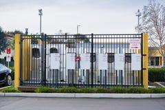 Styczeń 15, 2018 Gilroy, CA, usa/- Wysoka woltaż jednostka lokalizować przy Tesla supercharger stacją lokalizować w południowym S obraz stock