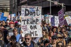 STYCZEŃ 21, 2017, LOS ANGELES, CA 750.000 uczestniczą w kobiety Marzec, aktywiści protestuje Donald J Atut w narodzie wielkim Zdjęcia Stock