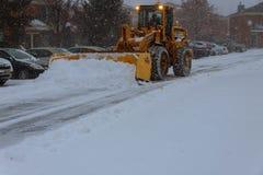 Styczeń 04 2018 NY Nowy Jork: Usuwać maszynę czyści ulicę miasto park od śniegu w ranku śnieżysty tr Obraz Stock