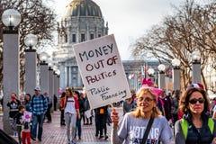 Styczeń 19, 2019 San Francisco, CA, usa/- kobieta marszów pieniądze z polityka znaka zdjęcie stock