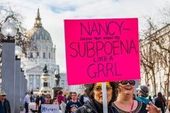 Styczeń 19, 2019 San Francisco, CA, usa/- uczestnik kobiety wydarzenia Marcowi chwyty podpisuje z polityczną wiadomością zdjęcia royalty free