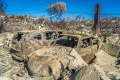 STYCZEŃ 2018, VENTURA KALIFORNIA - Zniszczeni homesand samochody od 2018 Thomas Pożarniczego z pogórze drogi Komin, palący obraz royalty free