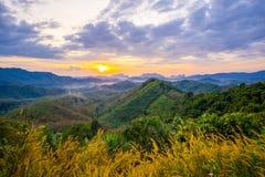 1 Stycznia 2018-Phang nga: Wschód słońca przy Phu Ta Tun punkt widzenia Phang nga prowincją fotografia stock