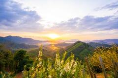 1 Stycznia 2018-Phang nga: Wschód słońca przy Phu Ta Tun punkt widzenia Phang nga prowincją obrazy stock