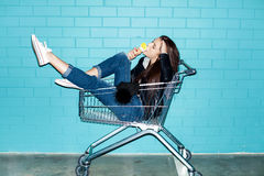 Stygg flicka som äter glass arkivbilder