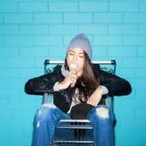 Stygg flicka som äter glass royaltyfri bild