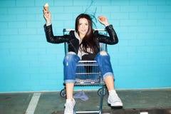 Stygg flicka som äter glass royaltyfri fotografi