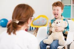 Styggt barn på psykologen royaltyfria foton