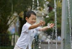 styggt leka vatten för pojke Arkivfoton