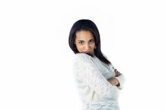 Stygg och nätt flicka som ler på vitbakgrund Royaltyfria Bilder