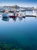 Stykkish, Snafellsnes-Boote entlang dem Pier Lizenzfreie Stockbilder