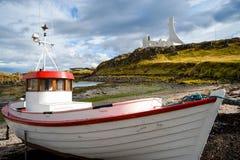 Stykkisholmur、冰岛、小船和教会 免版税库存照片