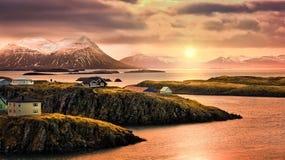 Stykkisholmur rotsachtige fjorden bij zonsondergang Royalty-vrije Stock Foto