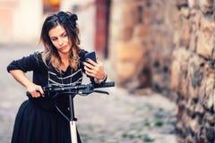 Stylów życia szczegóły - portret bierze selfie kobieta zdjęcia stock