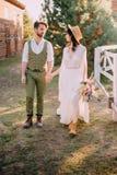 Stylów nowożeńcy spacer na rancho, letni dzień zdjęcie stock