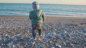 Styl życia dziecko Chłopiec biega morze przy zmierzchem Wakacyjny pojęcie zbiory wideo