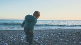 Styl życia dziecko Chłopiec biega morze przy zmierzchem Wakacyjny pojęcie zdjęcie wideo