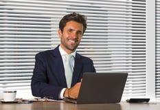 Styl życia firmy korporacyjny portret młody szczęśliwy i pomyślny biznesowego mężczyzny pracować relaksował przy nowożytnym biuro fotografia stock