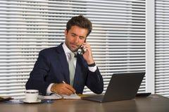 Styl życia firmy korporacyjny portret młody szczęśliwy i ruchliwie biznesowy mężczyzna pracuje przy nowożytnym biurem opowiada wi obrazy stock