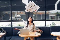 Styl życia freelance biznesowa kobieta i laptop th fotografia stock