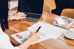 Styl życia freelance laptop i kobieta egzamininował gr Obraz Stock