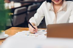 Styl życia freelance laptop i kobieta egzamininował gr Zdjęcie Royalty Free