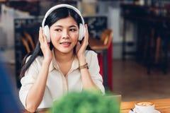 Styl życia freelance laptop i kobieta pracująca on listeni Fotografia Stock