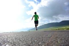 Styl życia kobiety śladu biegacza bieg na wiejskiej drodze Obrazy Royalty Free