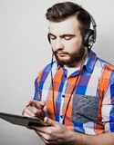 Styl życia, ludzie i edukaci pojęcie: obsługuje słuchanie audiobook przez hełmofonów na białym tle Zdjęcie Stock