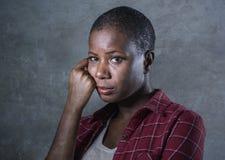 Styl życia odizolowywał portret i cierpiący, przygnębiony i cierpienie młody atrakcyjnego, smutnego czarnego afrykanina kobiety A zdjęcia royalty free