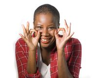 Styl życia odizolowywał portret młoda atrakcyjnego i naturalnego czarnego afrykanina amerykańska kobieta gestykuluje szczęśliwego obraz stock