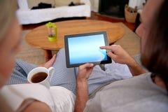 Styl życia pary pastylki komputer obrazy royalty free