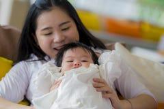 Styl życia portret młoda szczęśliwa, śliczna Azjatycka Koreańska kobieta i i obraz royalty free